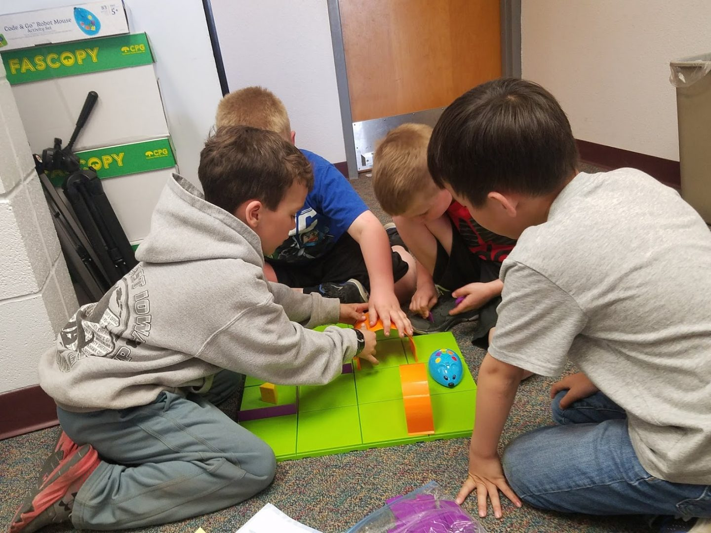 first graders coding mouse