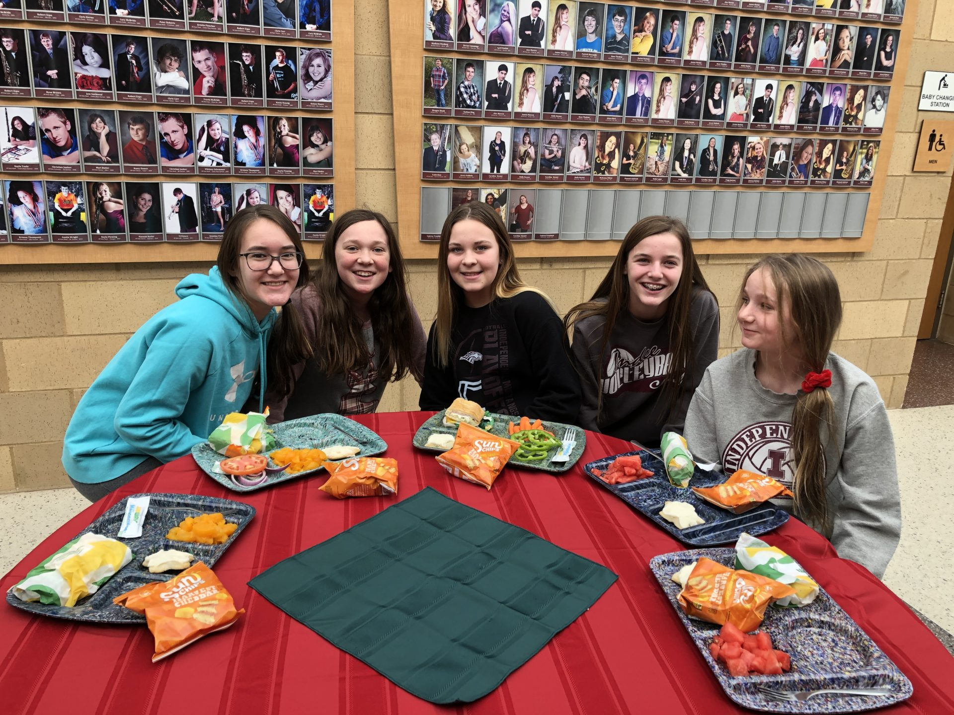 students eat lunch together